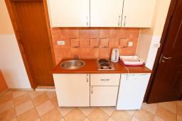 Кухня. Черногория, Бечичи : Апартаменты с террасой с видом на море