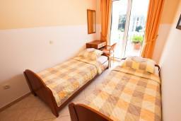 Спальня. Черногория, Бечичи : Апартаменты с террасой с видом на море