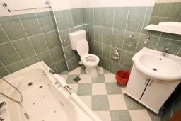 Ванная комната. Черногория, Бечичи : Апартаменты с террасой с видом на море