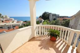 Балкон. Черногория, Бечичи : Апартаменты с террасой с видом на море