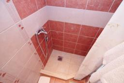 Ванная комната. Черногория, Игало : Комната на 2 персоны с видом на сад, с кондиционером
