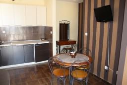 Кухня. Черногория, Герцег-Нови : Апартамент Золотой Шоколад в 700 метрах от моря