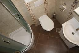 Ванная комната. Черногория, Герцег-Нови : Апартамент Золотой Шоколад в 700 метрах от моря