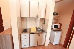 Кухня. Черногория, Игало : Двухкомнатный апартамент с отдельной спальней, кухней, балконом с видом на море