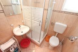 Ванная комната. Черногория, Игало : Двухкомнатный апартамент с отдельной спальней, кухней, балконом с видом на море