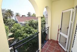 Балкон. Черногория, Игало : Двухкомнатный апартамент с отдельной спальней, кухней, балконом с видом на море