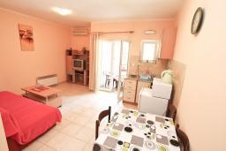 Гостиная. Черногория, Игало : Апартамент с отдельной спальней и балконом