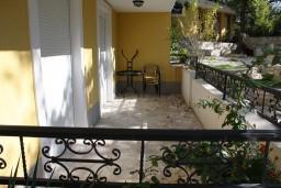 Терраса. Черногория, Герцег-Нови : Апартамент Черепаха в Топла на вилле с бассейном