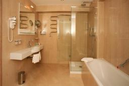 Ванная комната. Черногория, Петровац : Семейный номер с видом на парк