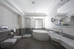 Ванная комната. Черногория, Петровац : Люкс с видом на море
