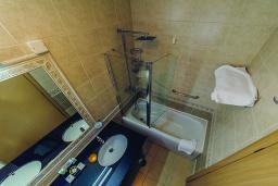 Ванная комната. Черногория, Петровац : Стандартный номер