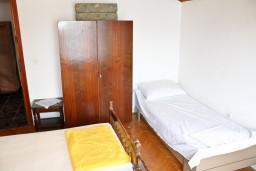 Спальня. Черногория, Герцег-Нови : Апартамент на первой линии с балконом и видом на море