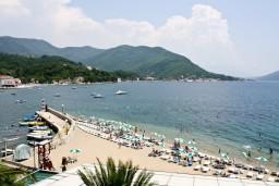 Вид на море. Черногория, Герцег-Нови : Апартамент на первой линии с балконом и видом на море