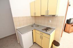 Кухня. Черногория, Петровац : Апартаменты на 4+1 персон, 2 спальни, с видом на море