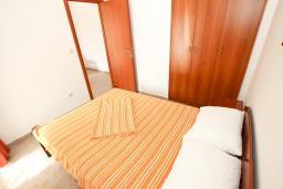 Спальня. Черногория, Петровац : Апартаменты на 4+1 персон, 2 спальни, с видом на море