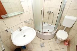 Ванная комната. Черногория, Петровац : Апартаменты на 4+1 персон, 2 спальни, с видом на море