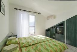 Студия (гостиная+кухня). Черногория, Герцег-Нови : Студия с балконом и шикарным видом на море возле пляжа