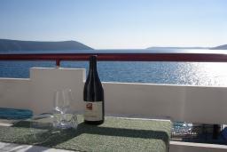 Вид на море. Черногория, Герцег-Нови : Студия с балконом и шикарным видом на море возле пляжа