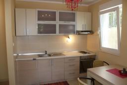 Кухня. Черногория, Герцег-Нови : Апартамент Розовая Страсть в 700 метрах от моря