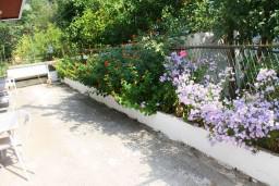 Терраса. Черногория, Зеленика : Апартамент для 6 человек с двумя отдельными спальнями, с террасой и видом на сад