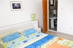 Спальня. Черногория, Петровац : Апартамент c видом на сад в 300 метрах от моря