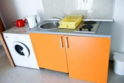 Кухня. Черногория, Петровац : Апартамент c видом на сад в 300 метрах от моря