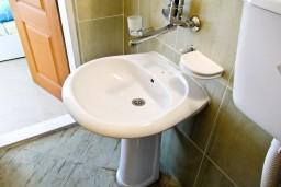 Ванная комната. Черногория, Петровац : Апартамент c видом на сад в 300 метрах от моря