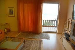 Гостиная. Черногория, Нивице : Апартамент с отдельной спальней, с большим балконом, с видом на море и на сад