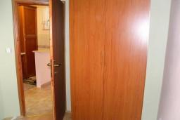 Гардеробная / шкаф. Черногория, Нивице : Апартамент с отдельной спальней, с большим балконом, с видом на море и на сад