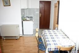 Обеденная зона. Черногория, Герцег-Нови : Апартамент с шикарным видом на море в Савина