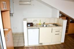 Кухня. Черногория, Герцег-Нови : Апартамент в Савина с шикарным видом на море