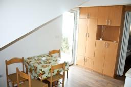 Обеденная зона. Черногория, Герцег-Нови : Апартамент в Савина с шикарным видом на море
