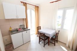 Кухня. Черногория, Герцег-Нови : Апартамент с отдельной спальней, с террасой и шикарным видом на море