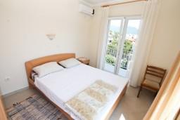Спальня. Черногория, Герцег-Нови : Апартамент с отдельной спальней, с террасой и шикарным видом на море