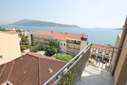 Балкон. Черногория, Герцег-Нови : Апартамент с отдельной спальней, с террасой и шикарным видом на море
