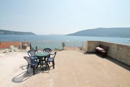 Вид на море. Черногория, Герцег-Нови : Апартамент с отдельной спальней, с террасой и шикарным видом на море