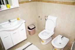Ванная комната. Черногория, Герцег-Нови : Апартамент с отдельной спальней, с террасой и шикарным видом на море