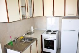 Кухня. Черногория, Герцег-Нови : Апартамент с отдельной спальней, с балконом и шикарным видом на море