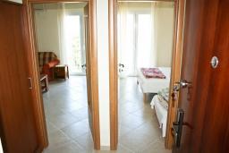Коридор. Черногория, Герцег-Нови : Апартамент с отдельной спальней, с балконом и шикарным видом на море