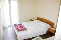 Спальня. Черногория, Герцег-Нови : Апартамент с отдельной спальней, с балконом и шикарным видом на море