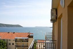 Балкон. Черногория, Герцег-Нови : Апартамент с отдельной спальней, с балконом и шикарным видом на море