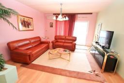 Гостиная. Черногория, Нивице : Двухэтажный апартамент для 6 человек с двумя отдельными спальнями, с двумя ванными комнатами, с двумя балконами, с видом на море и на сад