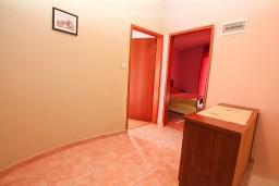 Коридор. Черногория, Нивице : Двухэтажный апартамент для 6 человек с двумя отдельными спальнями, с двумя ванными комнатами, с двумя балконами, с видом на море и на сад