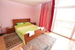Спальня. Черногория, Нивице : Двухэтажный апартамент для 6 человек с двумя отдельными спальнями, с двумя ванными комнатами, с двумя балконами, с видом на море и на сад