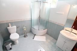 Ванная комната. Черногория, Нивице : Двухэтажный апартамент для 6 человек с двумя отдельными спальнями, с двумя ванными комнатами, с двумя балконами, с видом на море и на сад