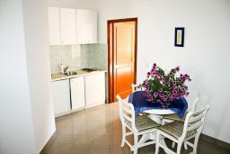 Кухня. Черногория, Герцег-Нови : Апартамент с отдельной спальней, с балконом и видом на море