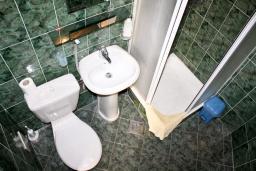 Ванная комната. Черногория, Герцег-Нови : Апартамент с отдельной спальней, с балконом и видом на море
