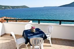 Вид на море. Черногория, Герцег-Нови : Апартамент с отдельной спальней, с балконом и шикарным видом на море