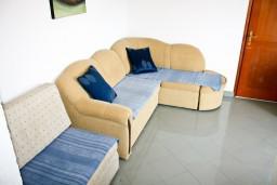 Гостиная. Черногория, Герцег-Нови : Апартамент с отдельной спальней, с балконом и шикарным видом на море