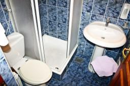Ванная комната. Черногория, Герцег-Нови : Апартамент с отдельной спальней, с балконом и шикарным видом на море
